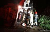 Caminhão carregado de carne tomba na Serra Tapirapuã