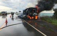 Nova Mutum: Carreta carregada de algodão e sem lona de proteção passa perto de foco de incêndio e pega fogo em MT