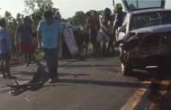 Fox capota após colisão com Gol na Estrada da Guia e veículos ficam destruídos