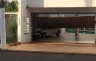 Embriagada, motorista perde controle de carro e invade casa em Cuiabá