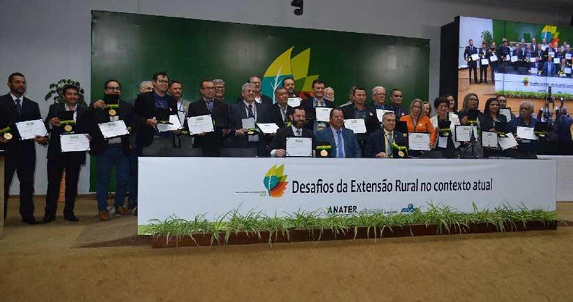 Extensionista-da-Empaer-recebe-a-medalha-Ordem-do-Mérito-de-Ater-1