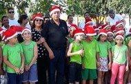 Alunos do projeto SOS Criança cantam mensagens de Natal enfrente a Prefeitura