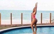Anitta posa de maiô asa delta em resort