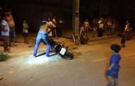 Jovem sem CNH atropela 3 crianças ao empinar motocicleta e é detido em MT