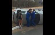 Vídeo mostra populares retirando motorista de carro capotado em VG