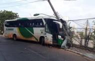 Ônibus perde controle e derruba poste perto da rodoviária de Cuiabá