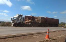 Acidente entre carretas mata motorista na BR-163 em MT