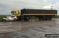 Carro invade pista, bate em caminhão e três pessoas morrem em MT