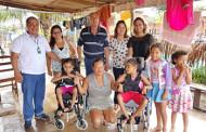 Prefeito Raimundo Nonato entrega cadeiras de rodas às crianças carentes