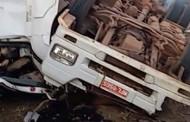 Carreta tomba na Serra de São Vicente e caminhoneiro é resgatado das ferragens em MT