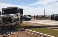 Carreta derruba poste, atinge caminhonete e três ficam feridos em MT