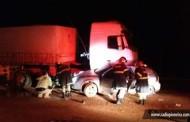 Colisão entre carro e carreta deixa três mortos na BR-163