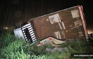 Caminhão que levava 19 pessoas na caçamba tomba e 5 ficam feridas em rodovia de MT