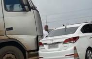 Carro 'fura fila' e é empurrado por carreta em praça de pedágio em MT