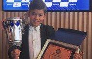 Brasileiro de 8 anos ganha o campeonato de motonáutica na Europa e é condecorado pela FPM