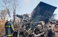 Motorista morre carbonizado após carretas baterem de frente e uma delas pegar fogo em rodovia de MT