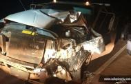 Família que estava em moto sem farol é atingida por caminhonete; 3 pessoas morreram