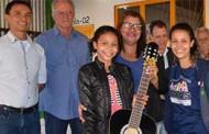 Projeto social recebe instrumentos musicais